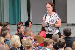 Frau Löchter begrüßt die 5er