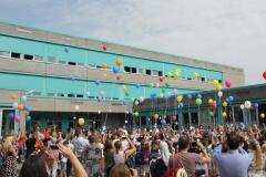 Luftballons vor der Schule