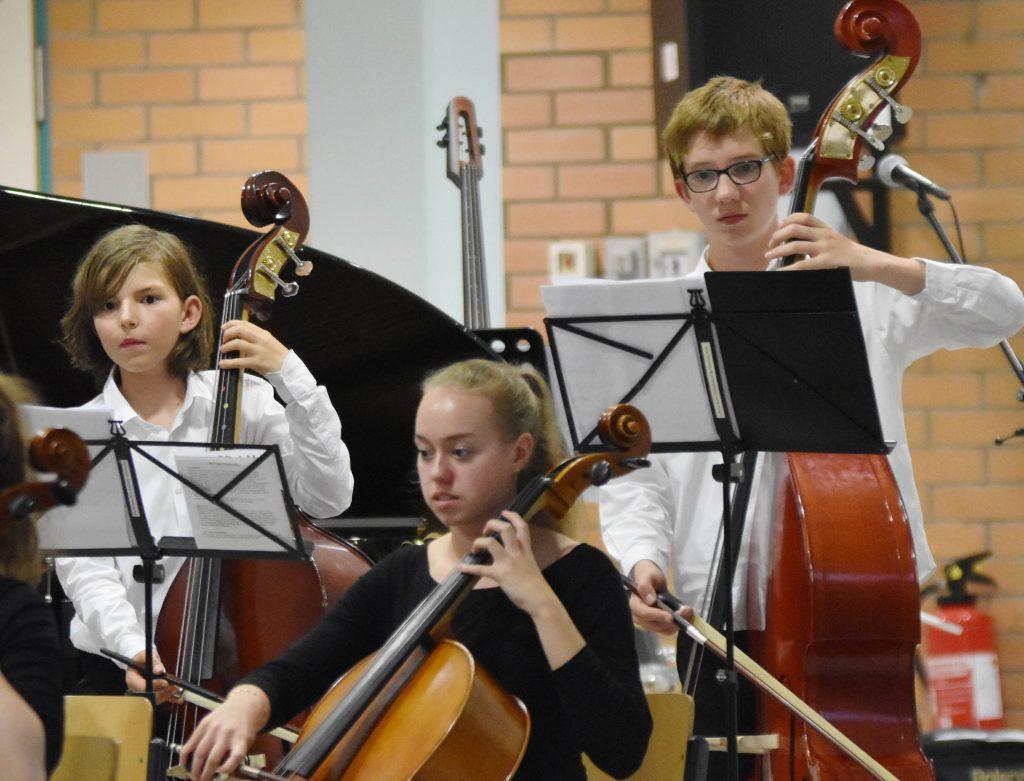 Schüler*innen musizieren