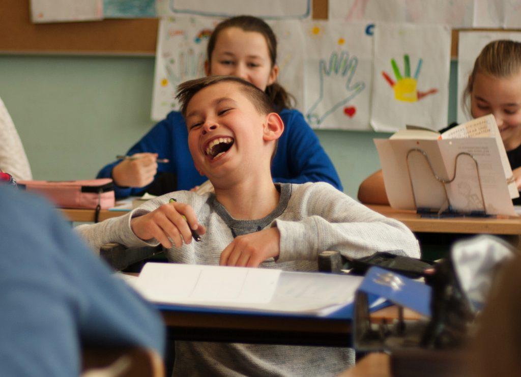 Schüler lacht