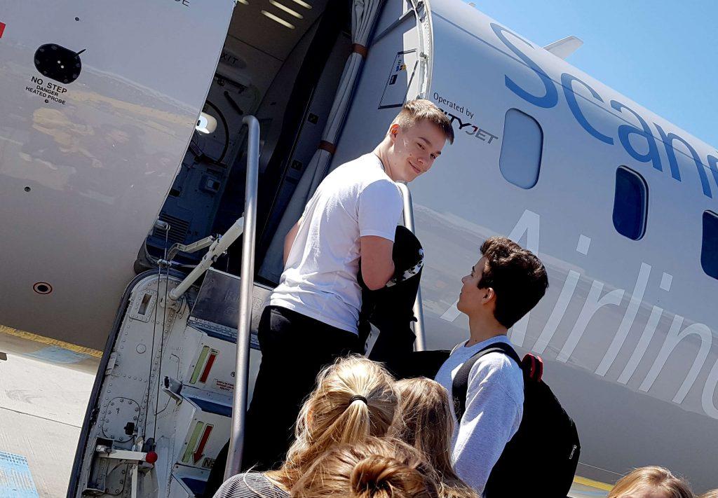 Eine Schülergruppe vorm Flugzeug