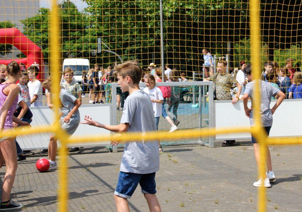Ein Schüler spielt Fußball