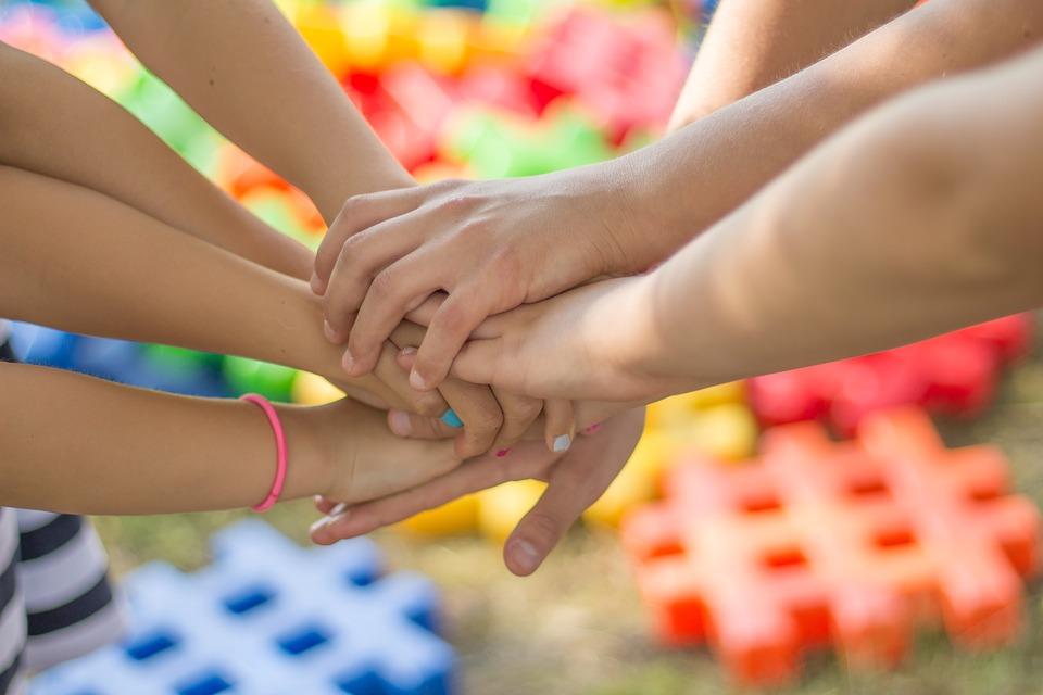 Menschen legen Hände zusammen