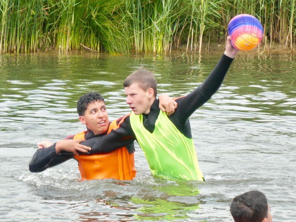 Zweikampf beim Wasser-Rugby