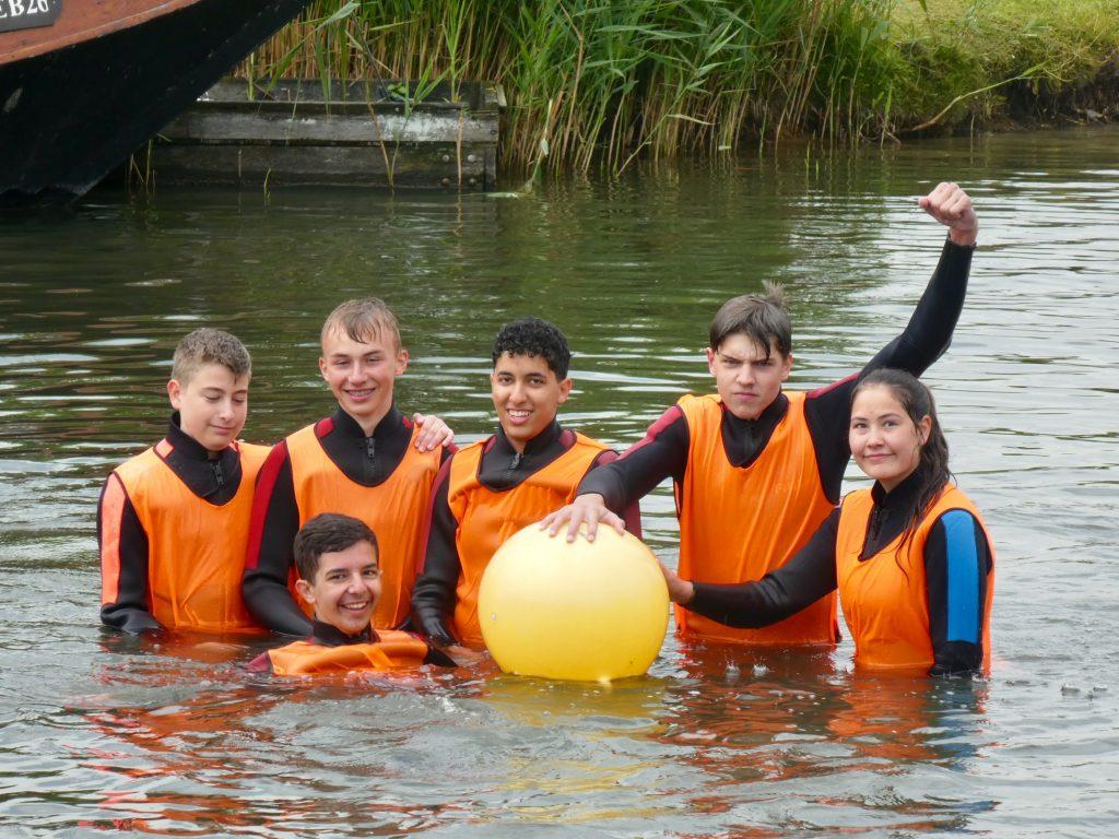 Team beim Wasser-Rugby