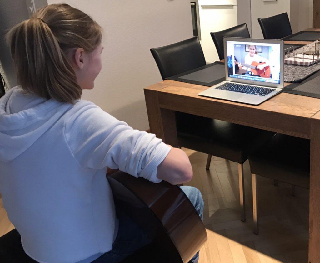 Gitarrenunterricht am Laptop