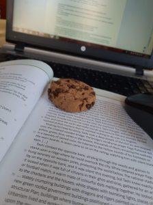 Cookie auf Schulbuch