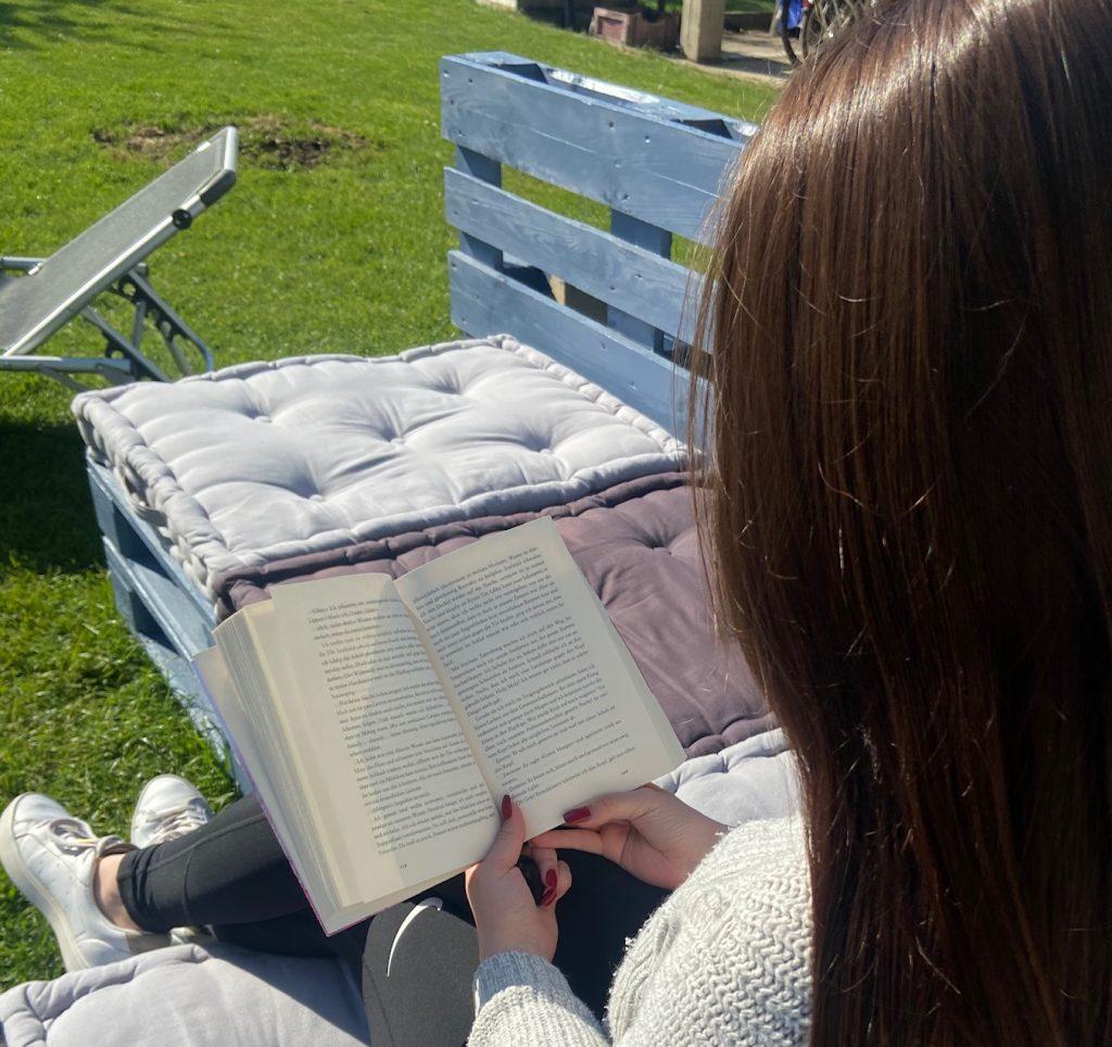 Schülerin liest Buch